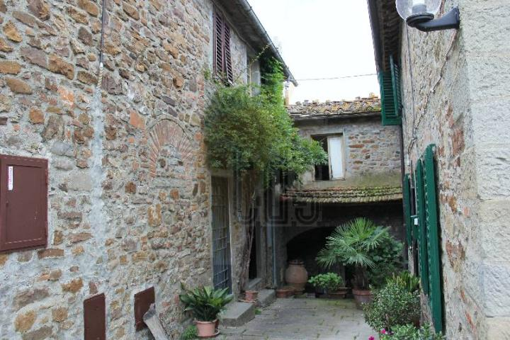 Soluzione Indipendente in vendita a Greve in Chianti, 10 locali, zona Zona: Lucolena, prezzo € 275.000 | Cambio Casa.it