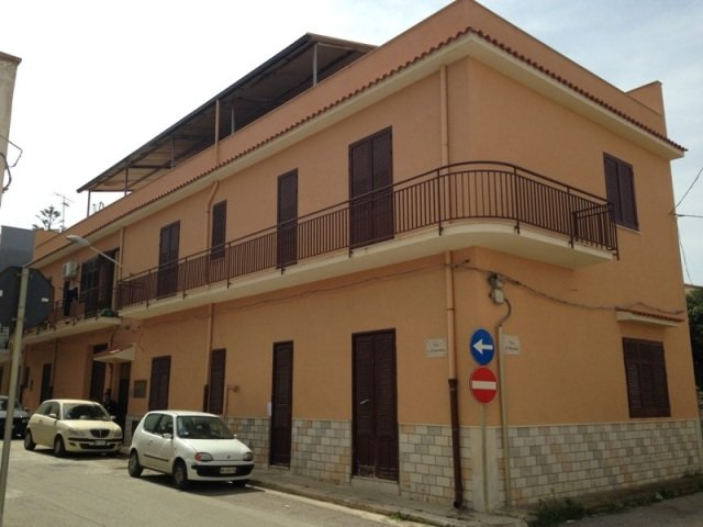 Palazzo / Stabile in vendita a Balestrate, 8 locali, prezzo € 270.000 | CambioCasa.it