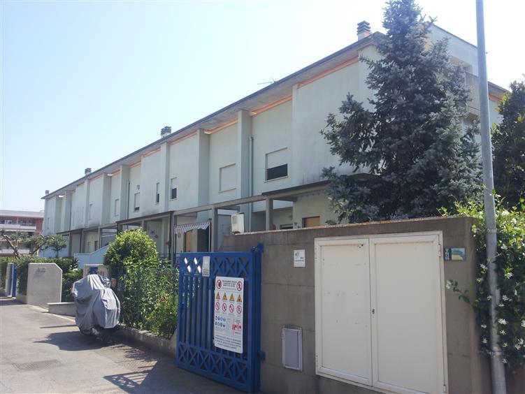 Villa a Schiera in vendita a San Felice Circeo, 8 locali, prezzo € 240.000   CambioCasa.it
