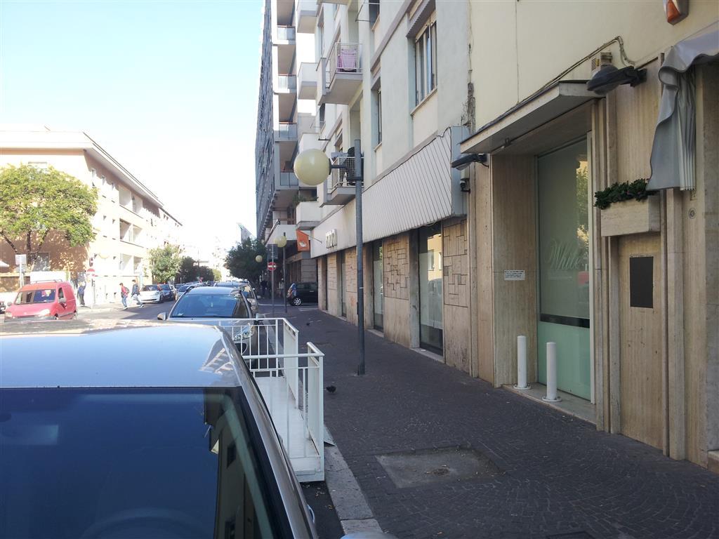 Negozio / Locale in affitto a Latina, 9999 locali, zona Località: CENTRALE, prezzo € 5.000 | CambioCasa.it