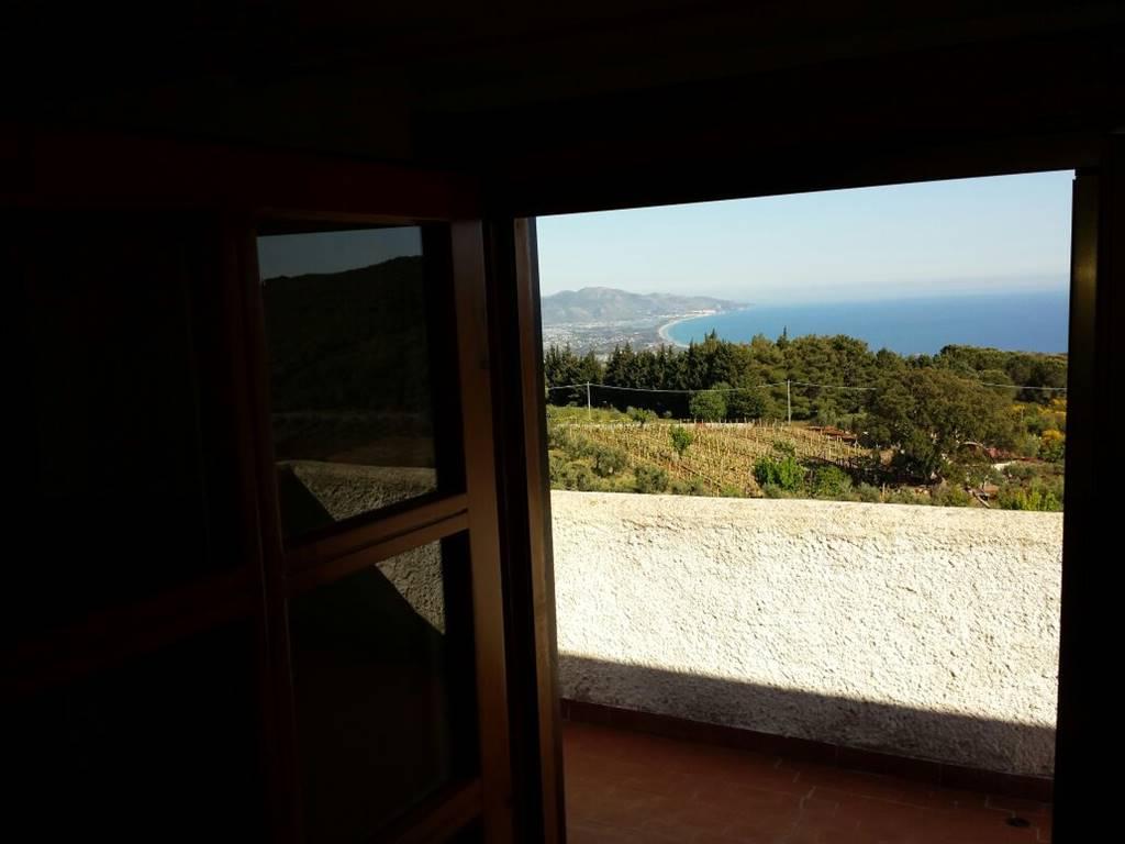 Villa in vendita a Terracina, 8 locali, zona Località: CIMITERO, prezzo € 250.000   CambioCasa.it