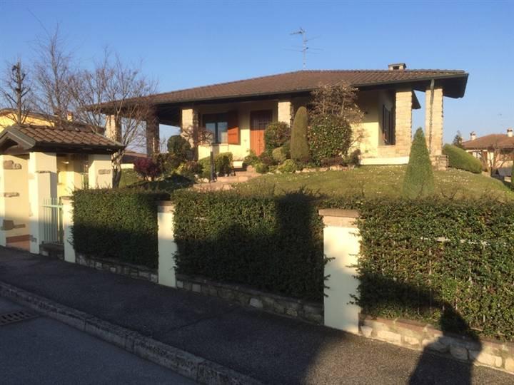 Villa in vendita a Pandino, 8 locali, prezzo € 425.000 | CambioCasa.it