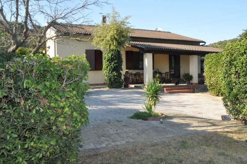 Villa in vendita a Piombino, 5 locali, zona Zona: Baratti, prezzo € 300.000 | Cambio Casa.it