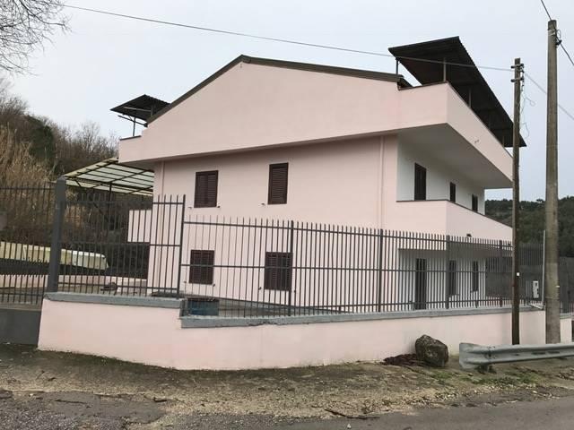 Soluzione Indipendente in vendita a Caserta, 5 locali, zona Zona: Casertavecchia, Trattative riservate | Cambio Casa.it