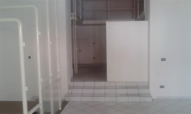 Negozio / Locale in affitto a Caserta, 4 locali, zona Zona: Centro, prezzo € 1.200 | Cambio Casa.it