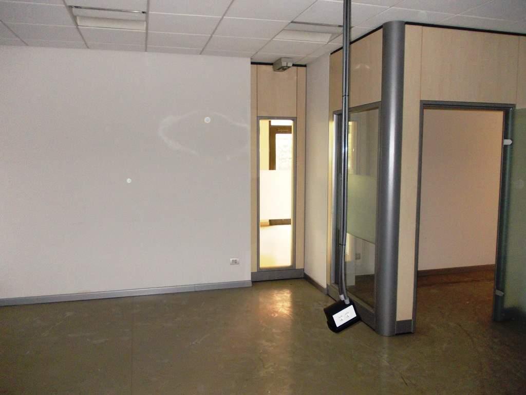 Negozio / Locale in affitto a Caserta, 4 locali, zona Zona: Centro, prezzo € 1.100 | CambioCasa.it