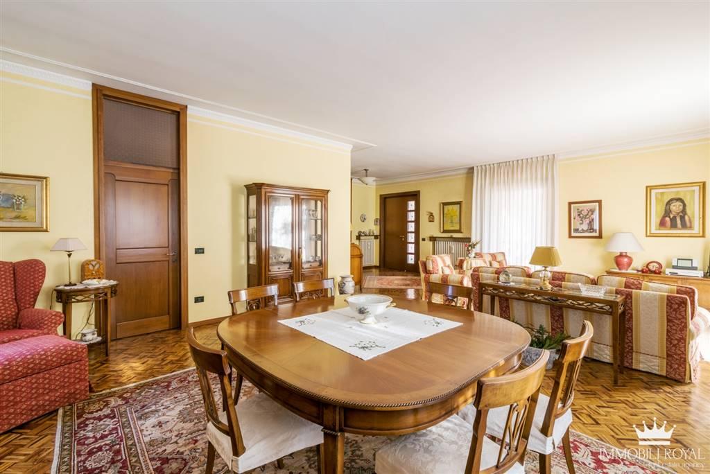 Villa in Vendita a Saronno: 5 locali, 500 mq