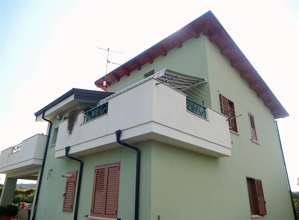 Villa in vendita a Borgia, 6 locali, zona Zona: Roccelletta, prezzo € 265.000   CambioCasa.it