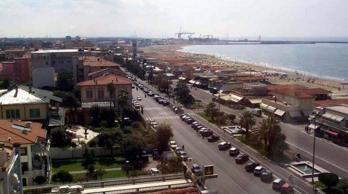 Immobile Commerciale in affitto a Viareggio, 2 locali, zona Località: DARSENA, prezzo € 500   CambioCasa.it