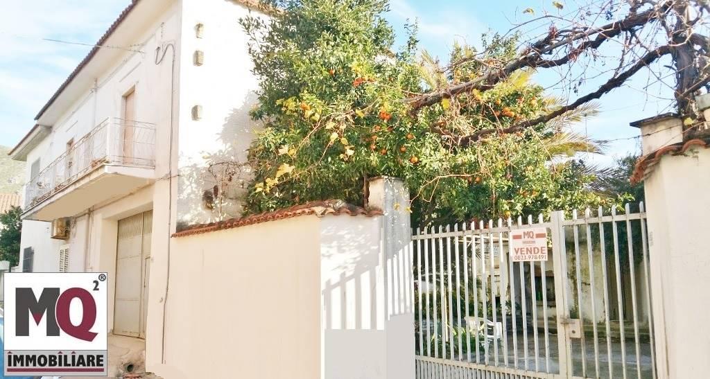 Palazzo / Stabile in vendita a Mondragone, 8 locali, zona Zona: Crocelle, prezzo € 190.000 | Cambio Casa.it