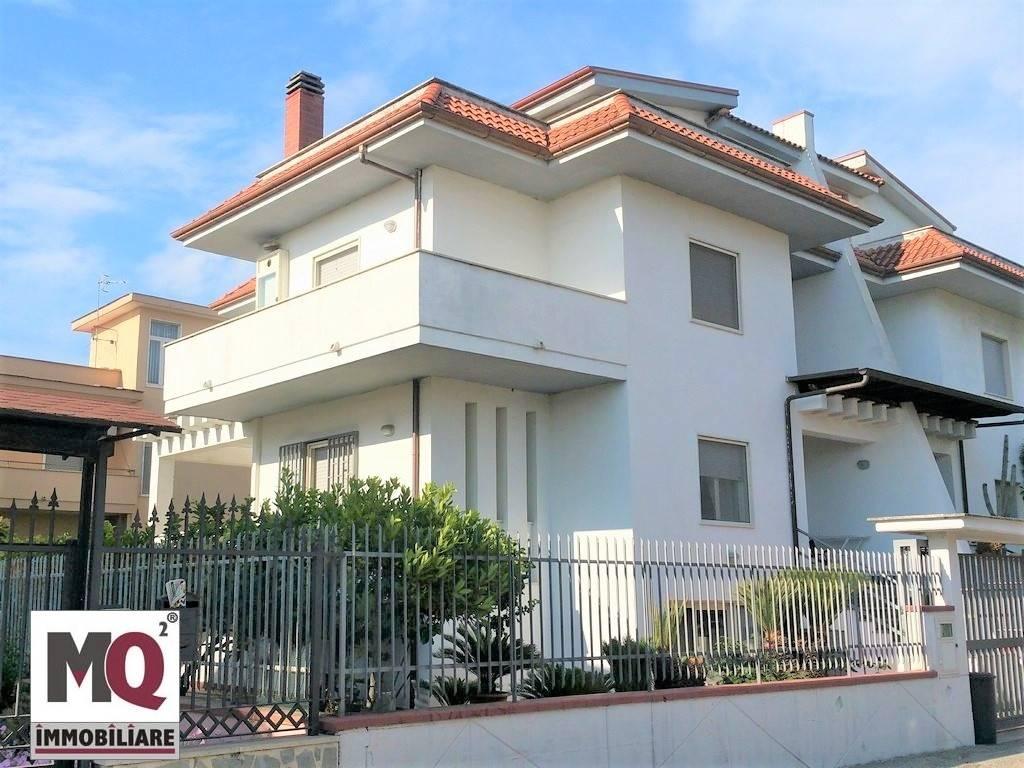 Villa in vendita a Mondragone, 8 locali, zona Zona: Crocelle, prezzo € 170.000 | CambioCasa.it