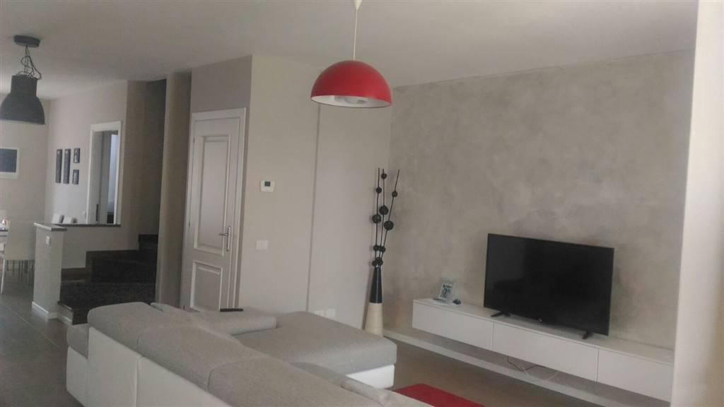 Appartamento in vendita a San Felice del Benaco, 4 locali, prezzo € 250.000 | Cambio Casa.it