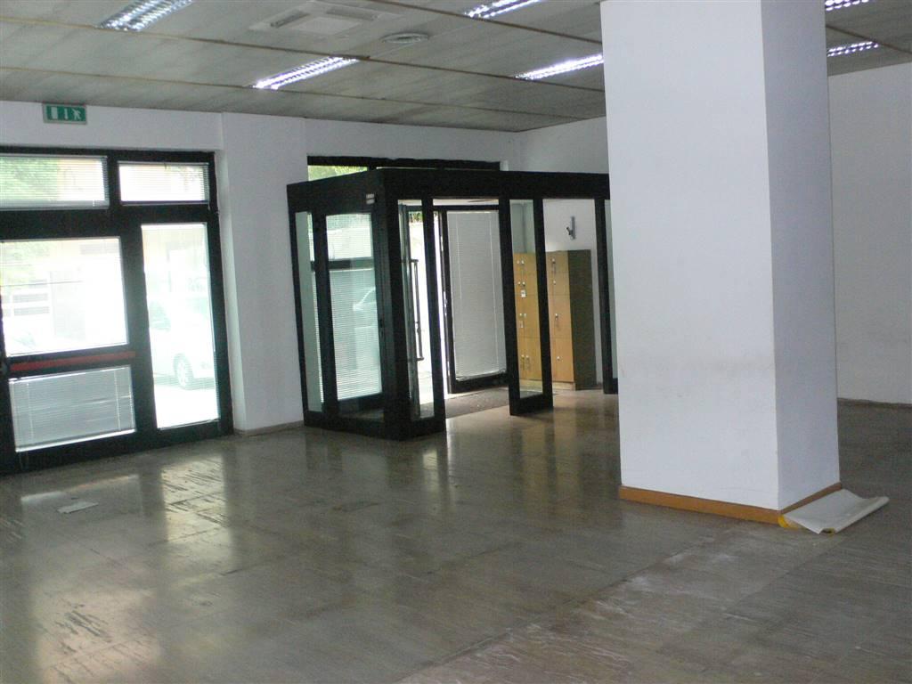 Negozio / Locale in affitto a Pescara, 5 locali, zona Zona: Porta Nuova, prezzo € 2.250 | CambioCasa.it