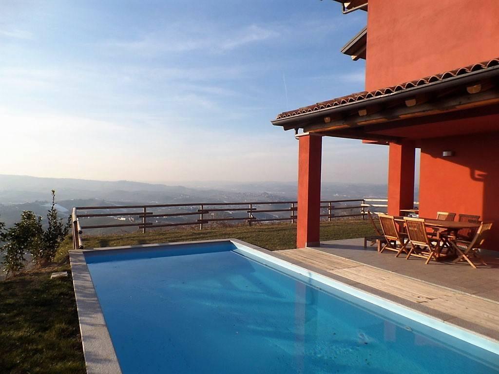 Alba a soli 6 Km, vendesi in zona residenziale con meravigliosa vista panoramica sulle montagne e sulle colline del Barolo, villa di recente