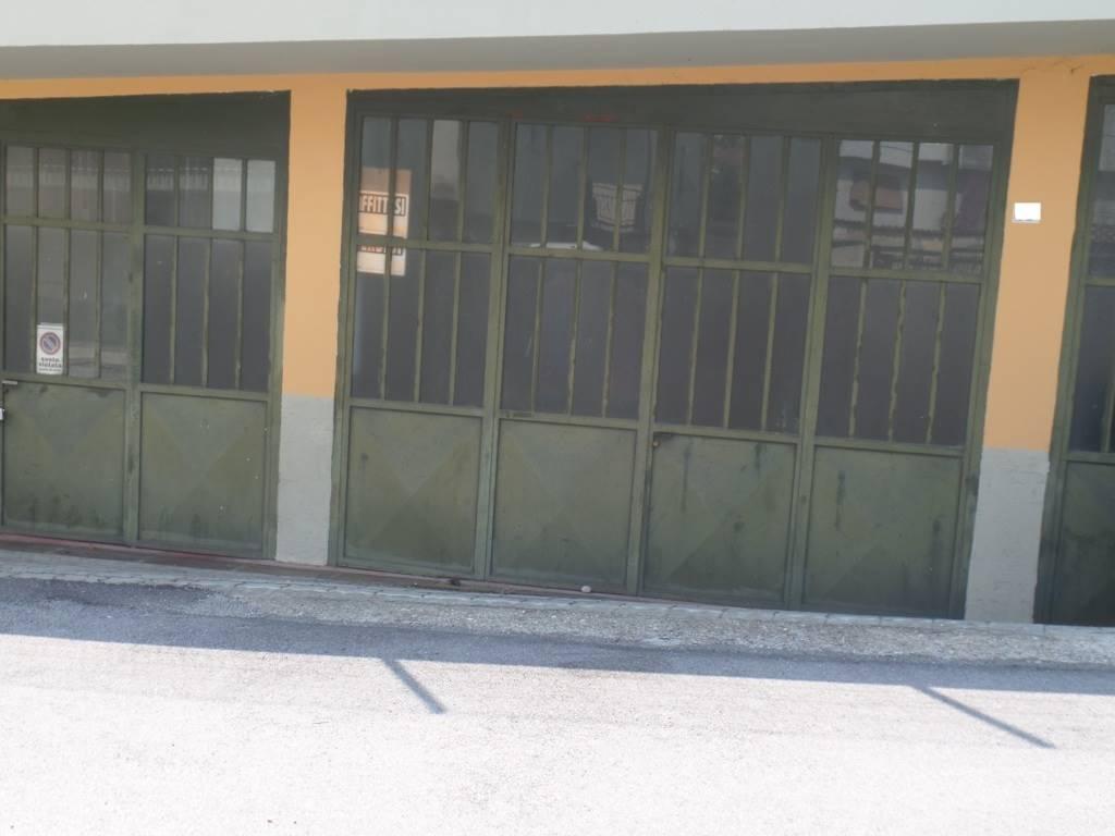 Vendesi in corso Cortemilia al piano strada magazzino di 130 m con altezza massima di 3,20 m, con tre portoni d'ingresso, senza spese condominiali.