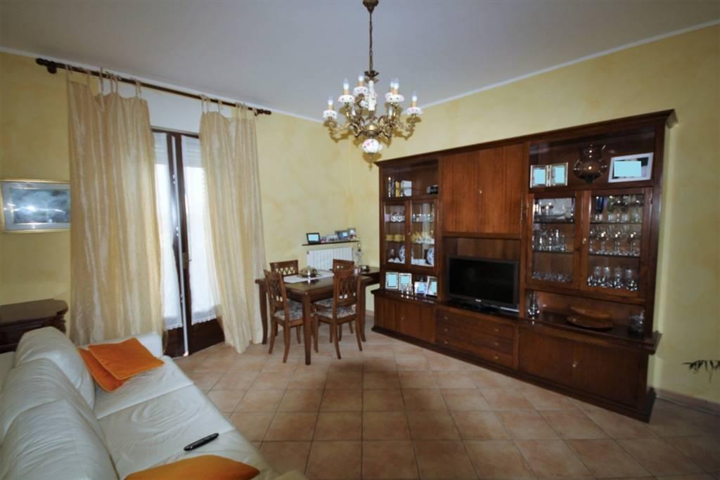 Proponiamo in vendita al terzo ed ultimo piano,comodo ai servizi, alloggio ristrutturato composta da ingresso, soggiorno, cucina abitabile, camera
