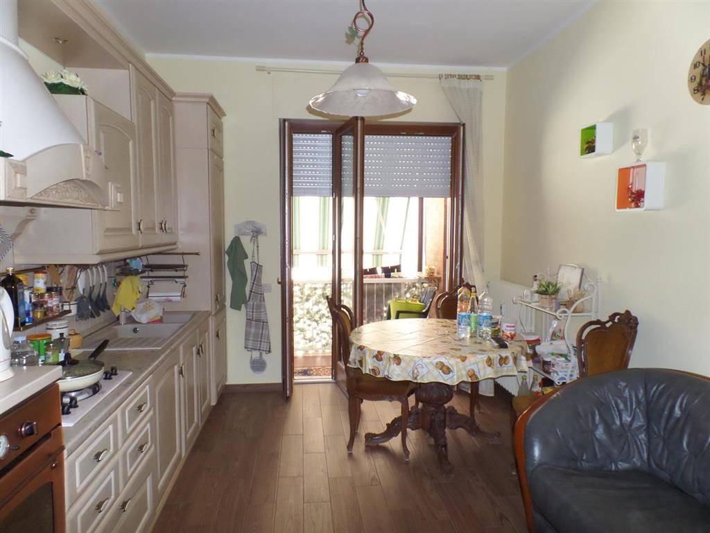 Alba Zona Moretta Vendesi appartamento al primo piano di piccola palazzina, completamente ristrutturato di recente, composto da ingresso su soggiorno,