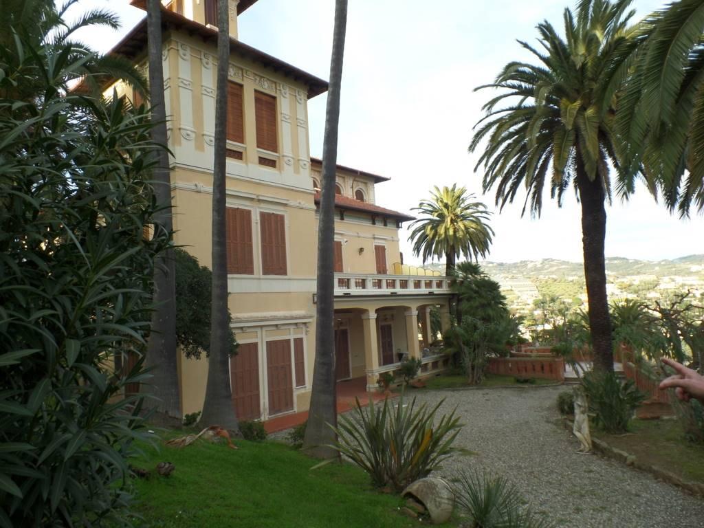 In villa dei primi anni del '900 con meraviglioso parco ben curato ed adornato di palme bellissime, vendesi al primo piano alloggio composto da