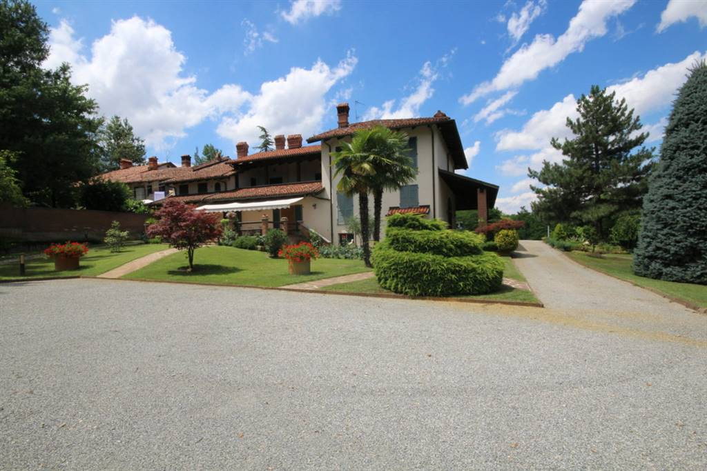 Vendesi bellissima casa indipendente, di circa 700 mq di superficie abitativa, con 6000 mq di parco adiacente, in ottimo stato, composta da   salone