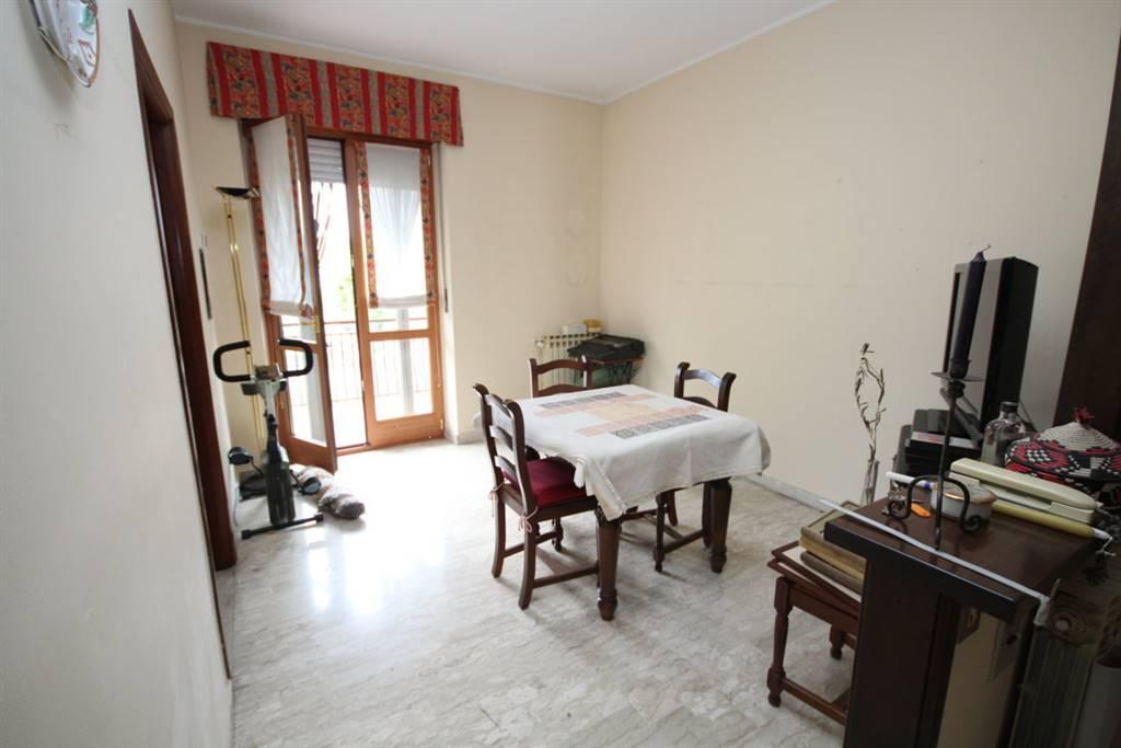 Località Gallo in zona comoda a tutti i servizi, vendesi alloggio al primo piano, composto da ingresso, tinello con cucinino, soggiorno, due camere