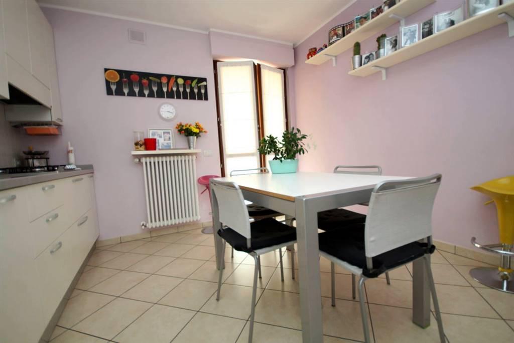 In palazzina di recente costruzione, al secondo ed ultimo piano, vendesi quadrilocale composto da ingresso su soggiorno, cucina abitabile, due camere