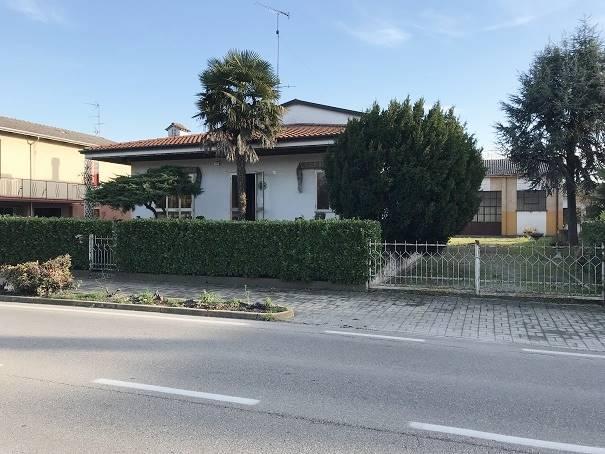 Villa in vendita a Serravalle a Po, 10 locali, prezzo € 160.000 | CambioCasa.it