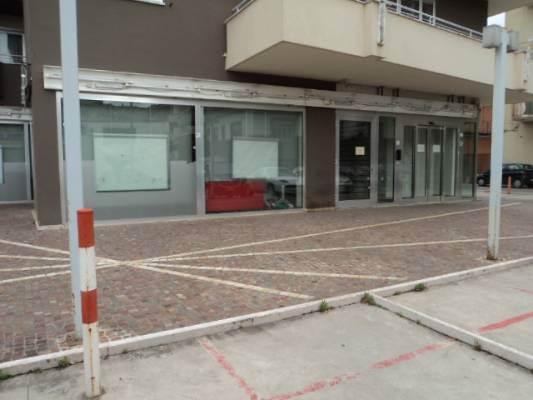 Negozio / Locale in affitto a Caserta, 2 locali, prezzo € 2.200 | CambioCasa.it