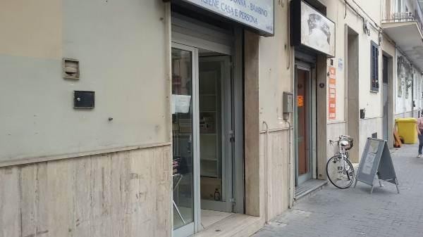 Negozio / Locale in affitto a Caserta, 2 locali, prezzo € 400 | CambioCasa.it
