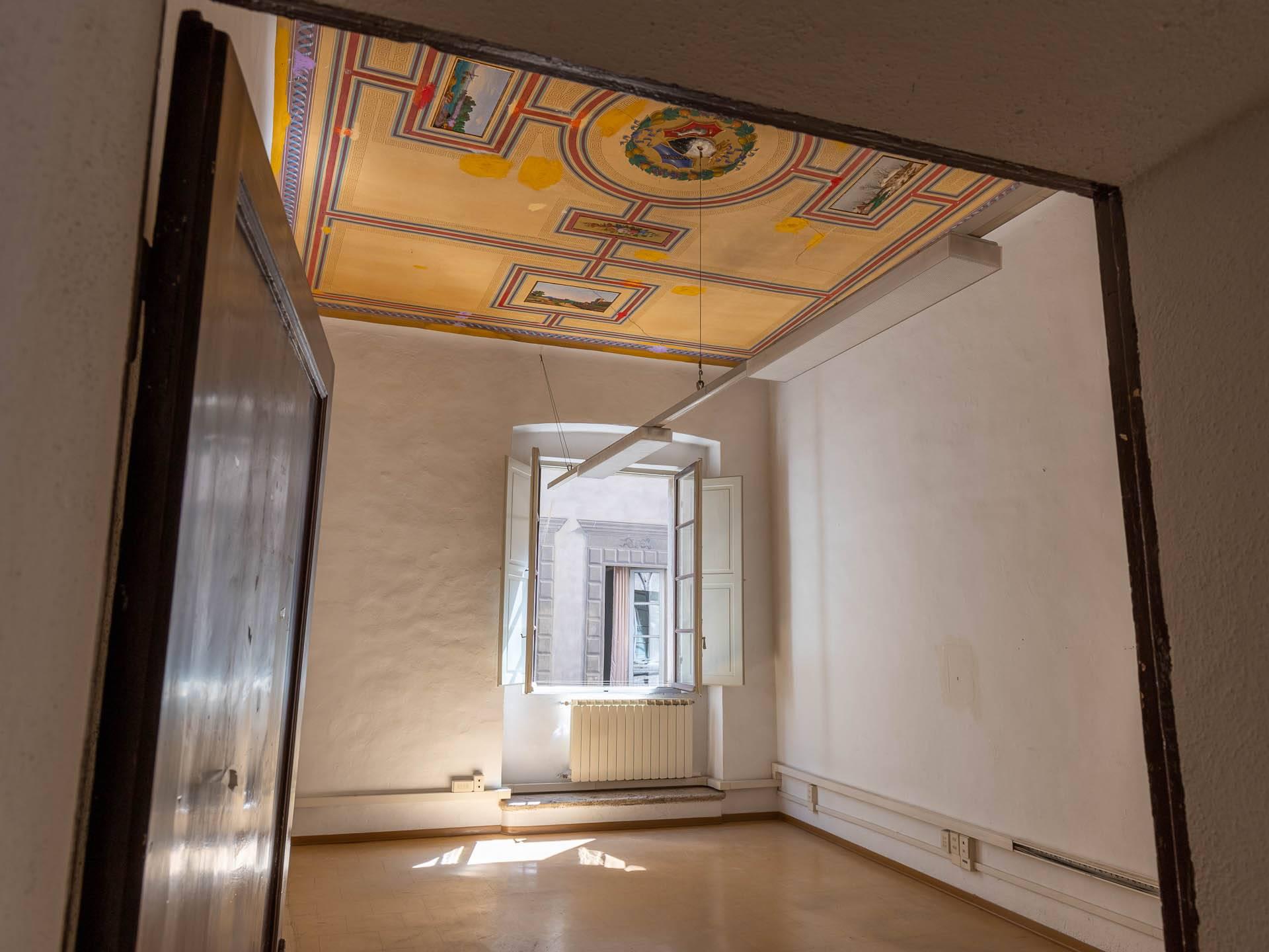 vano con soffitto decorato