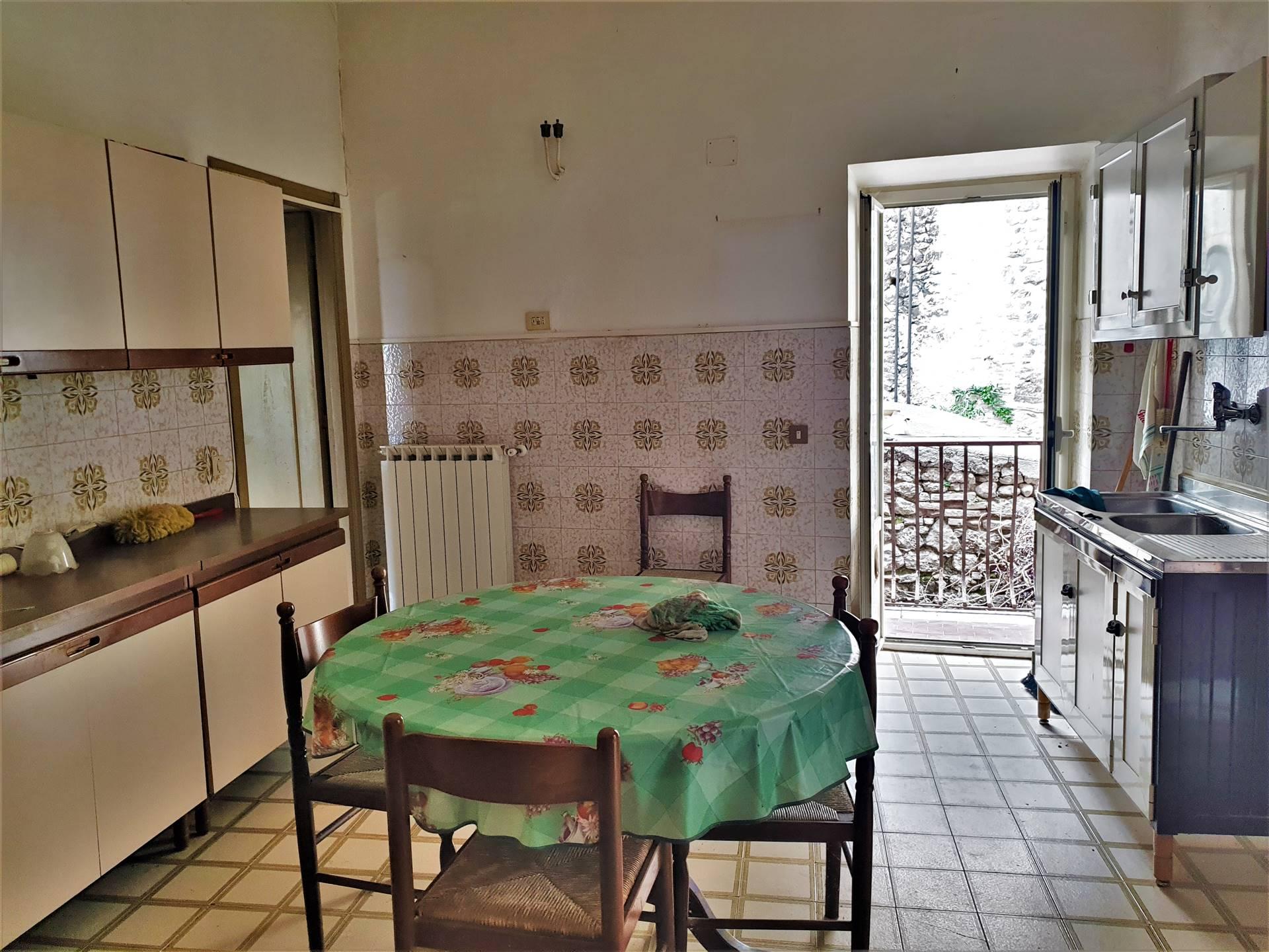 sala con cucina e balcone