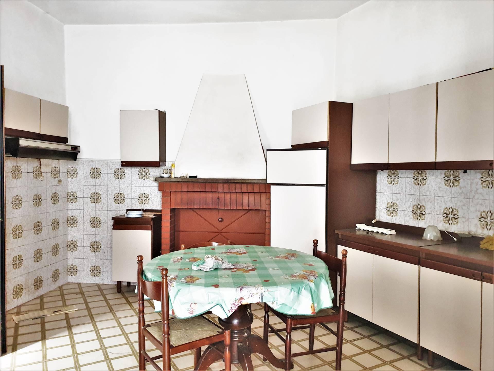 sala con cucina e camino