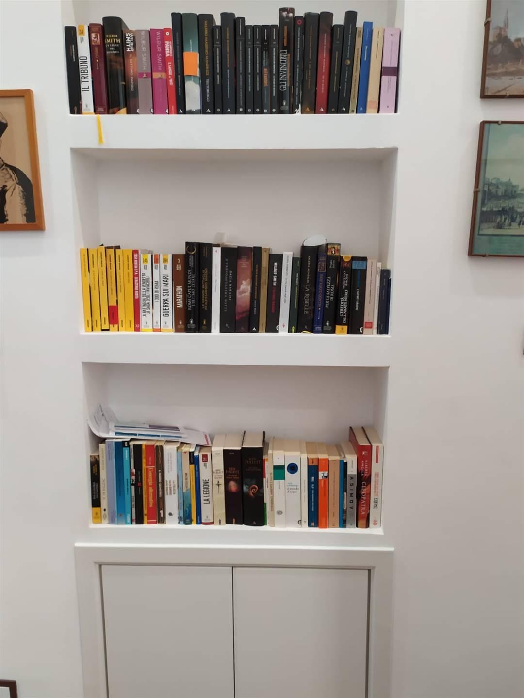 Libreria incassata a muro nel corridoio