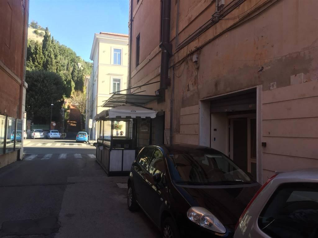 Negozio / Locale in affitto a Terracina, 2 locali, zona Località: CENTRALISSIMA, prezzo € 650   CambioCasa.it