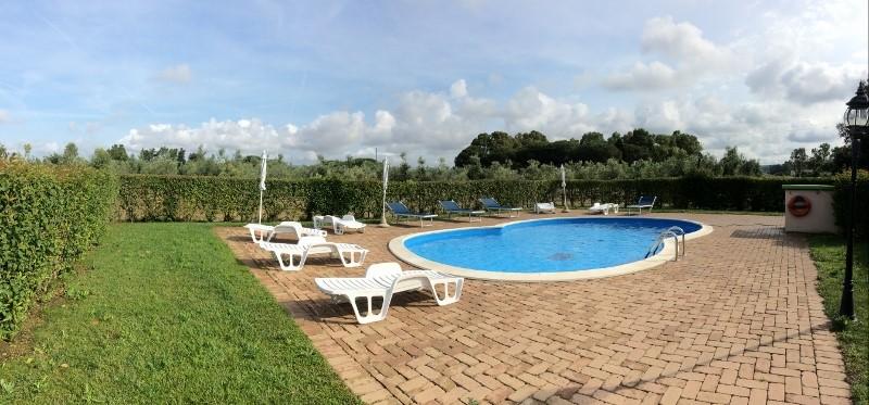 fotografia piscina con zona relax