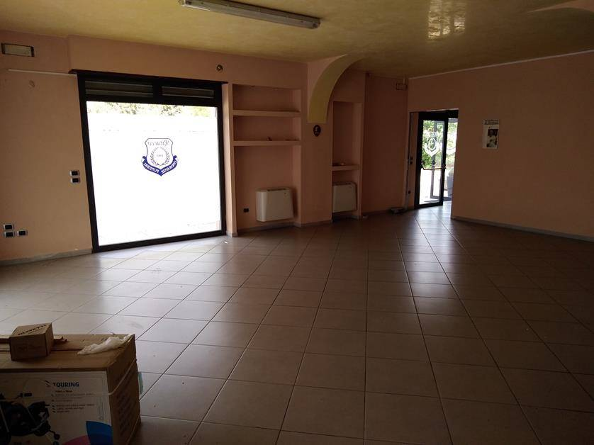PIAZZA RIFORMA, COSENZA, Business unit for rent of 150 Sq. mt., Excellent Condition, Energetic class: G, placed at Ground, composed by: 2 Rooms, 3