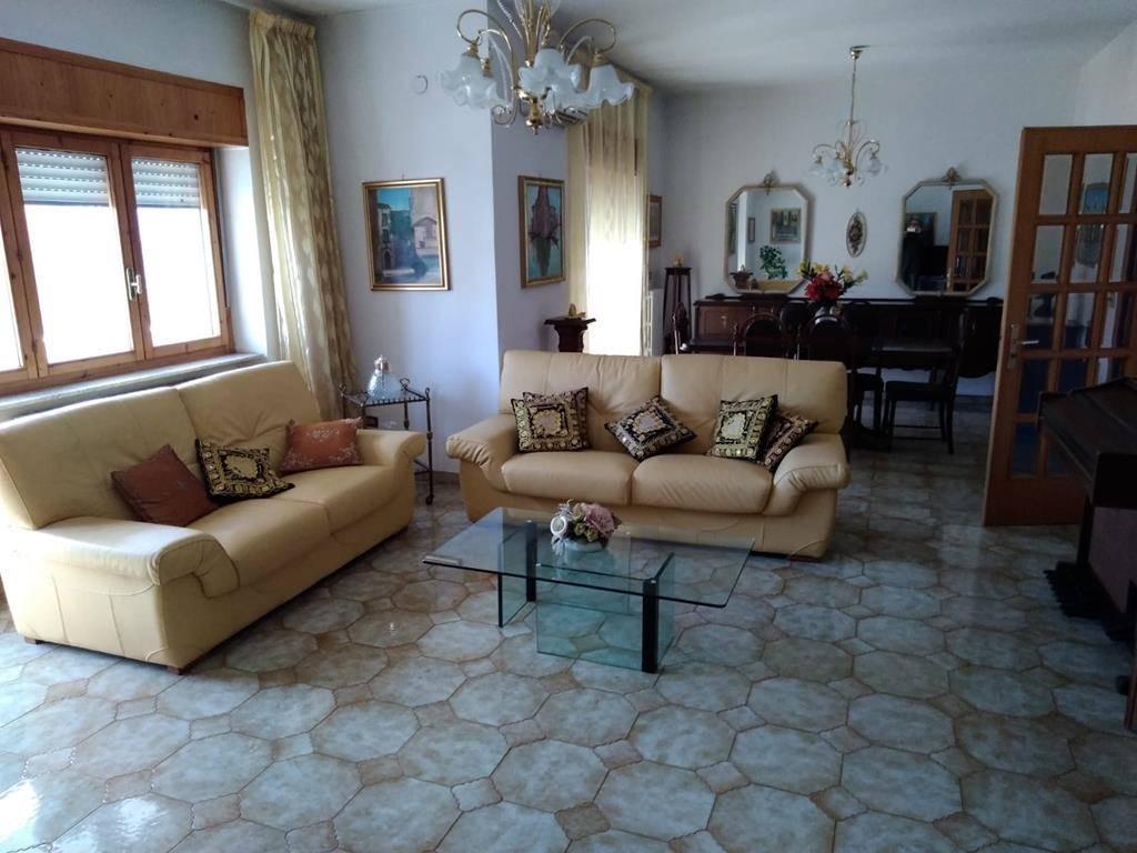 VIALE COSMAI, COSENZA, Appartamento in affitto di 170 Mq, Ottime condizioni, Riscaldamento Autonomo, Classe energetica: G, posto al piano 5°,