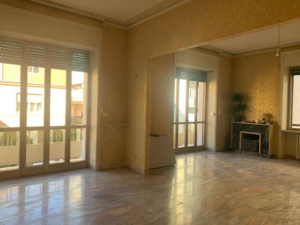 CENTRO CITTÀ, COSENZA, Apartment for rent, Good condition, Heating Individual heating system, Energetic class: G, placed at 1°, composed by: 5 Rooms,