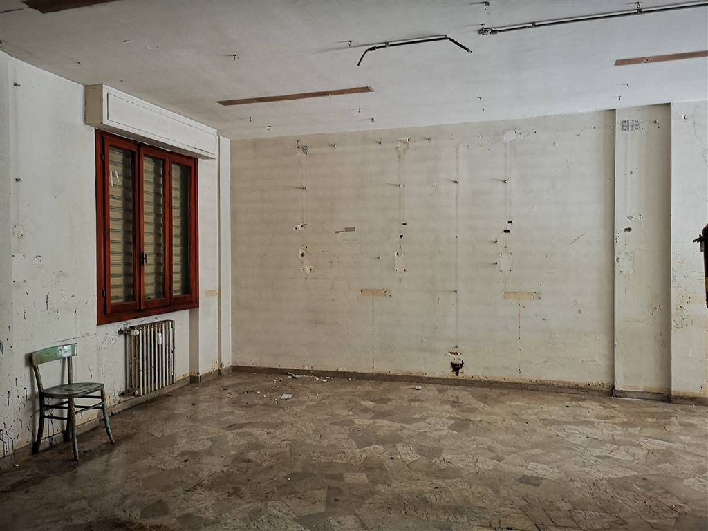 CAREGGI, FIRENZE, Business unit for sale of 85 Sq. mt., Be restored, Heating Centralized, Energetic class: G, placed at Ground, composed by: 3 Rooms,