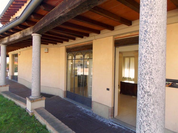 Negozio in Via Roma  10/12, Besana In Brianza