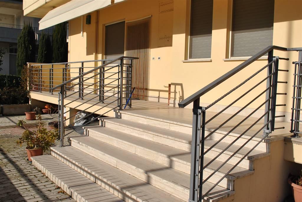 Appartamento in vendita a Roseto degli Abruzzi, 6 locali, zona Zona: Cologna Spiaggia, prezzo € 300.000 | CambioCasa.it