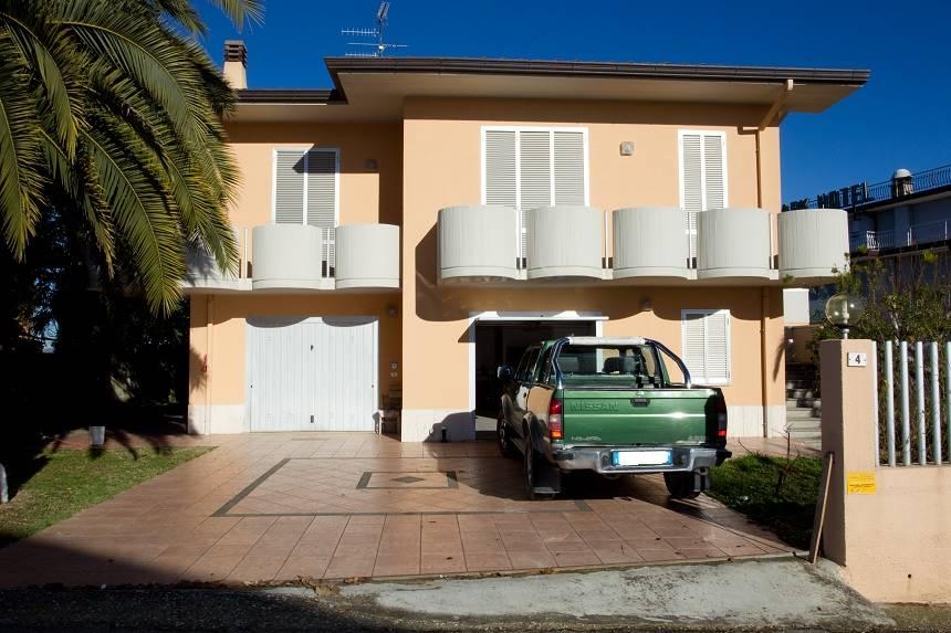 Soluzione Indipendente in vendita a Ancarano, 12 locali, prezzo € 320.000 | CambioCasa.it