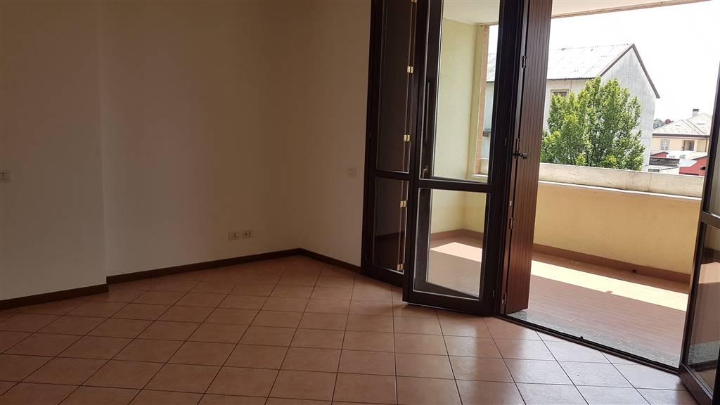 Zona tranquilla, in contesto recente, proponiamo ottimo e luminoso appartamento di TRE LOCALI, cucina bitabile, doppi servizi, cantina e box incluso. Terrazzino e balcone.