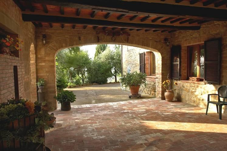 Vendita rustico casale monticchiello pienza abitabile for Casa con avvolgente portico in vendita