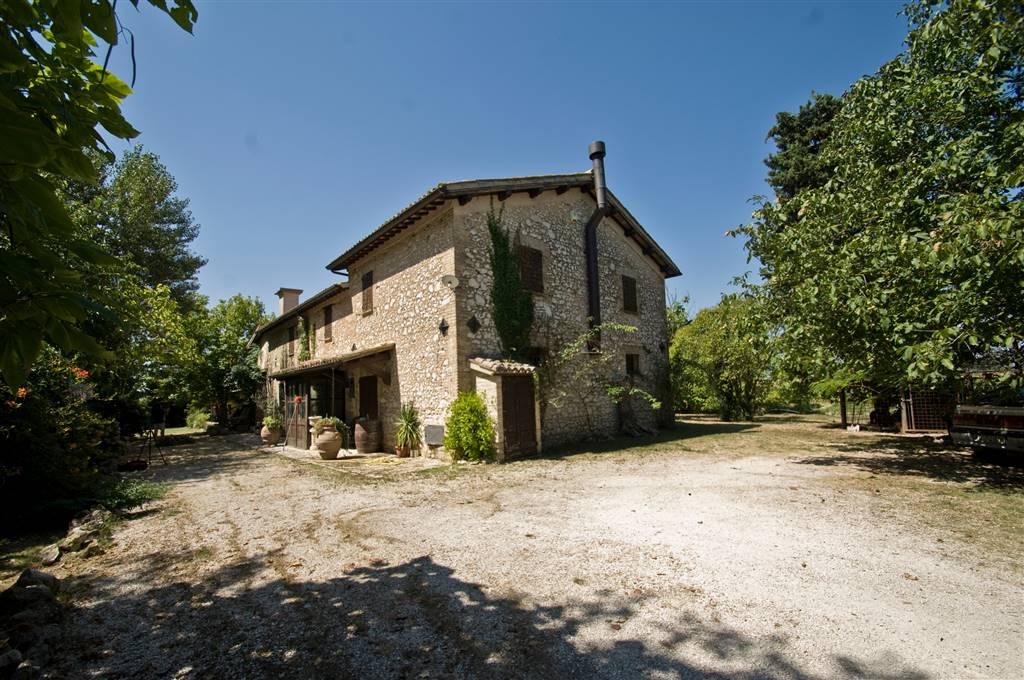 Rustico / Casale in vendita a Trevi, 10 locali, prezzo € 395.000   CambioCasa.it