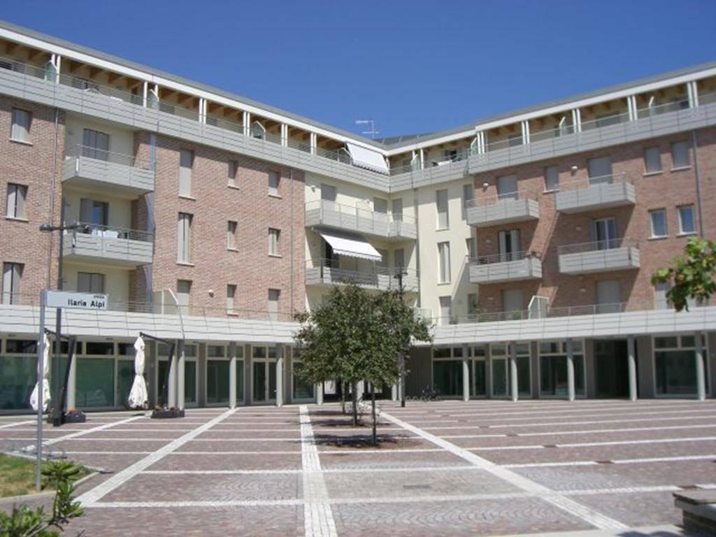 Negozio di 51 mq commerciali al piano terra di un Residence di recente costruzione, locato con contratto 6+6. Classe B - Ipe 12,96