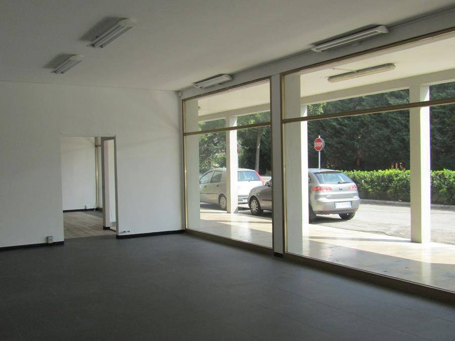 Tra Salzano e Mirano in posizione di forte passaggio grande negozio, molto luminoso con servizi e ampie vetrine. Ampi parcheggi. Possibilità acquisto