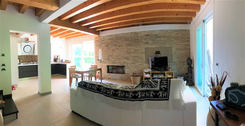 SALZANO, Doppelhaus zu verkaufen von 150 Qm, Halbneu, Heizung Bodenheizung, am boden Land auf 3, zusammengestellt von: 5 Raume, Kochnische, , 3 Zimmer, 2 Baeder, Parkplatz, Garten Exklusiv, Balkon,