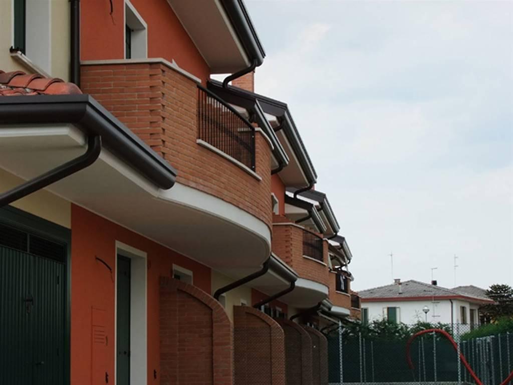 Porzione centrale di villetta a schiera composta da ingresso indipendente su soggiorno, cucina abitabile, bagno-lavanderia e garage; al piano