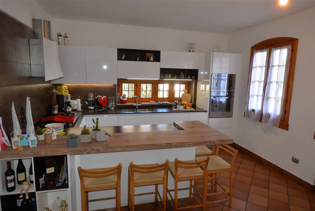 SALZANO, Villa for sale of 350 Sq. mt., Excellent Condition, Heating Individual heating system, Energetic class: E, placed at Ground on 2, composed by: 8 Rooms, Separate kitchen, , 4 Bedrooms, 4
