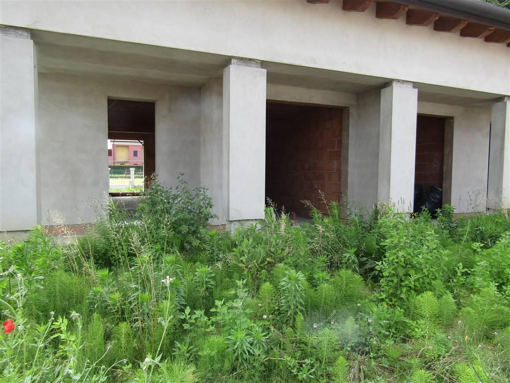 SANT'ANGELO di SANTA MARIA DI SALA, in zona residenziale vicina al centro, proponiamo porzioni di trivilla al grezzo composte da ingresso indipendete